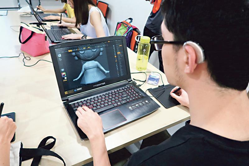 聽障人士可發揮細心、觀察力較強的特質,若具備藝術觸覺,可應付文字校對、設計等工作。圖為香港聾人福利促進會就業及培訓中心會員參加 3D 打印工作坊。