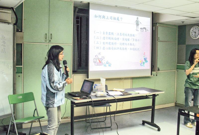 與上司及同事溝通是聽障人士較常遇到的工作挑戰。圖為香港聾人福利促進會就業及培訓中心高級就業主任郭瑞蘭為會員提供相關軟技巧訓練。