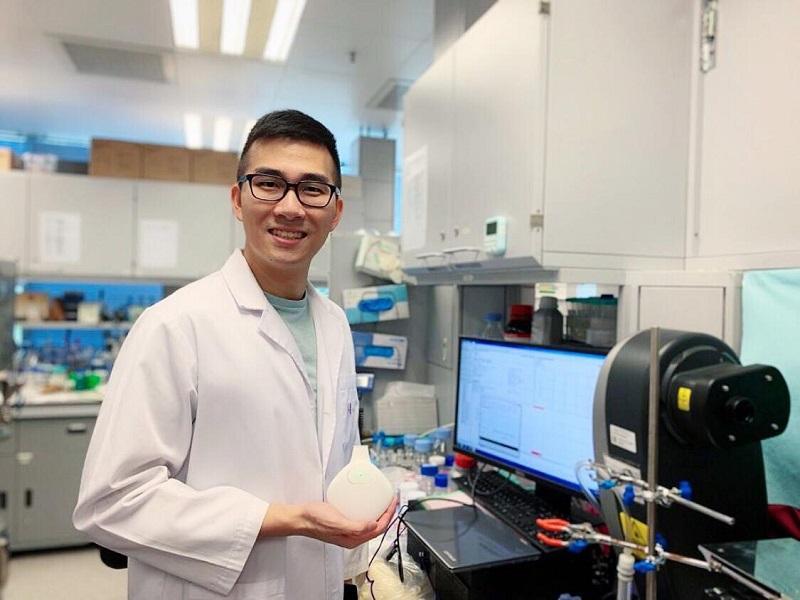 Karon 手執的是便攜式草本活性物質智能吸入器,它能把藥物損耗量減至最少,獲頒去年「第46屆日內瓦國際發明展」金獎。(圖由受訪者提供)