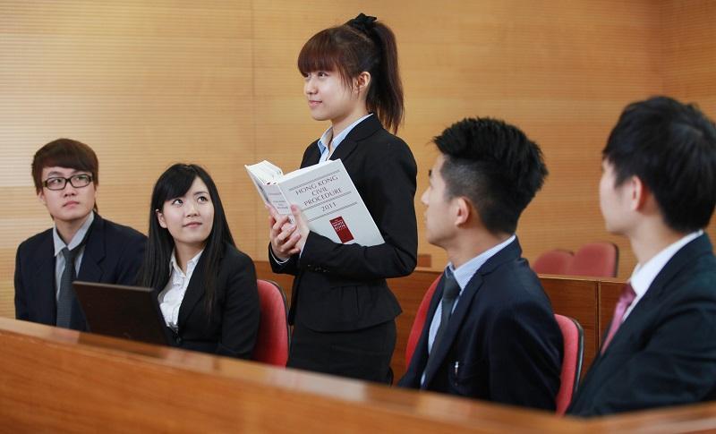 在「模擬法庭」上,課程學員可以透過角色扮演,學習不同的訴訟技巧,以及上庭程序等,為日後從事法律行政人員工作做好準備。(相片由IVE提供)