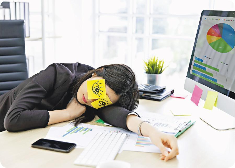 小睡充電——睡20至30分鐘午覺,猶如充一充電,紓緩疲勞,有助加強下午的工作效率。(x-reflexnaja@iStockphoto,設計圖片)