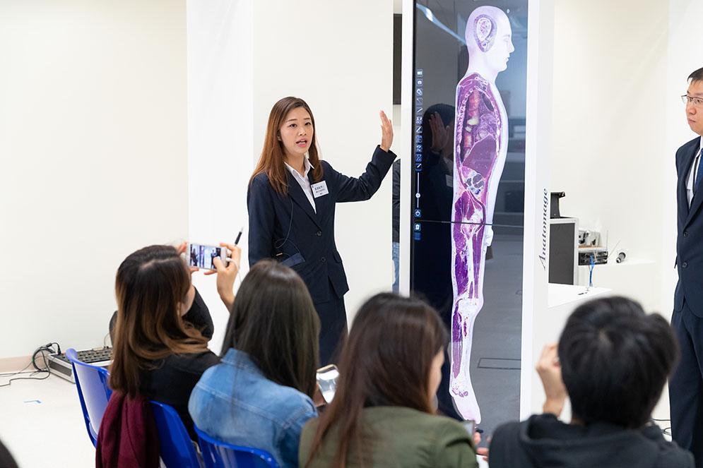 學院引入了「數碼虛擬解剖系統」,可進行無限次及多層面的解剖,讓學員從不同角度了解人體構造。