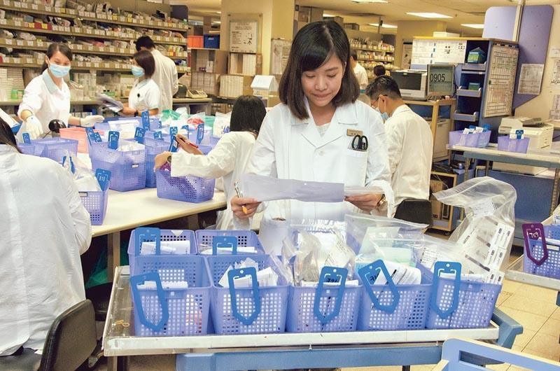 藥劑師在考量臨牀藥劑時,需要兼顧醫生、病人和其家屬的角度。(相片由香港大學提供)