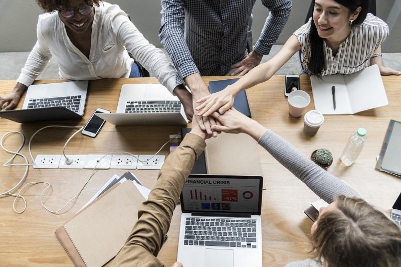 """""""從事中層管理人員,既要做好份內事,亦要顧及份外事。具備良好的溝通表達及領導能力、靈活的管理手腕,有助打造快樂的工作團隊,發揮"""