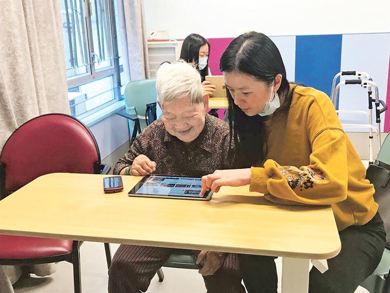 很多長者在較年長時才接觸電子世界,要重新學習或掌握並不容易,很多時要別人提供協助。(圖由港大提供)