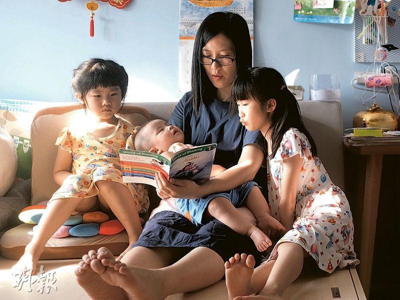 從事設計的丈夫經常不在家,孩子們同樣停課留在家中,照顧子女的責任落在Jojo和外傭身上,令Jojo面臨抉擇。(馮凱鍵攝)