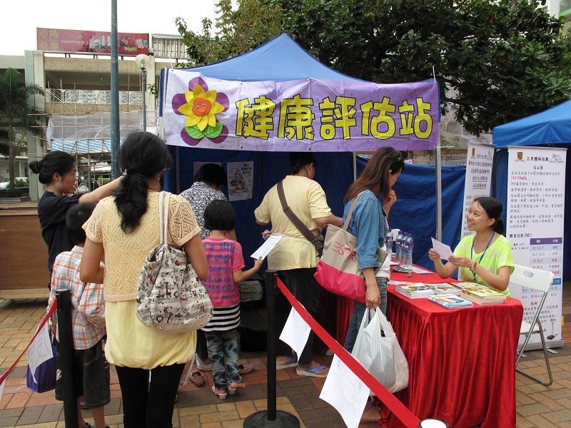 課程學員可通過籌辦活動及國際考察研究,把所學技能付諸實踐。圖為學員參加香港中文大學賽馬會社區基層醫療計劃,在展覽中為居民進行健康評估。