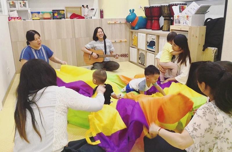 進行音樂治療活動時,治療師可用結他帶動氣氛,並有助即興作曲作詞,是不少治療師常用的樂器。