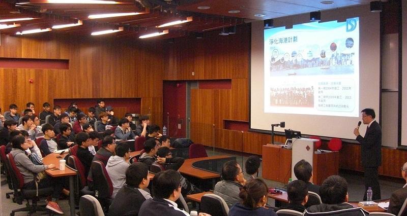 學院會邀請不同工程界別的業界人士跟學生分享寶貴經驗。圖為渠務署署長唐嘉鴻,講解香港渠務系統的發展,和工程師擔當角色。