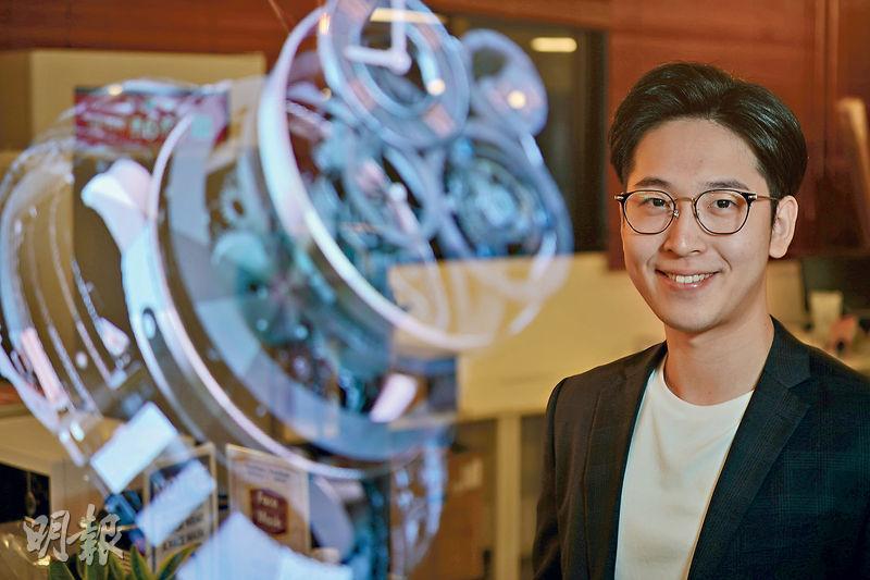魏嘉俊(Wiva)年僅26歲,已經在內地大灣區三個城市設有辦公室,連同香港現時總共有約50名員工。他坦言內地機會較香港多,在國家政策扶持下,大灣區未來3至5年會是發展重心,亦有助港青創業。(楊柏賢攝)