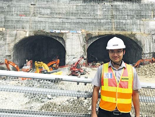 蕭凱傑有份參與將軍澳藍田隧道主隧道項目,他背後的是在山中開發的隧道出入口。(受訪者提供)