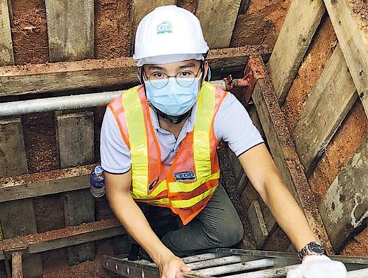 作為岩土工程師,蕭凱傑時常需要勘察工程項目的地質,圖為實地考察泥井地質。(受訪者提供)