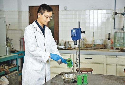 蕭凱傑就粉煤灰硬化回填海土研究歷時8個月,其間需仔細分析粉煤灰含量、水含量,並檢視海土漿的硬化效果。(受訪者提供)