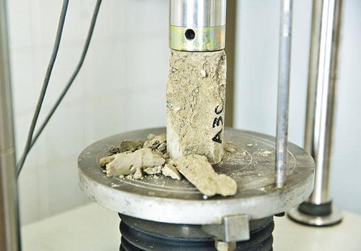 為硬化海土進行壓縮測試後,蕭凱傑發現使用小量粉煤灰(10%至20%)及水泥(5%)的情况下,海土硬度便會顯著提升。(受訪者提供)