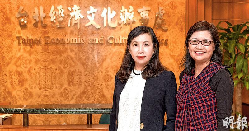 今年本港有約5300宗報讀台灣學士課程申請,較去年增44%。台北經濟文化辦事處教育參事馬湘萍(左)認為,台灣防控新冠病毒疫情工作受肯定,或令港生認為赴台升學安全,致相關申請上升。右為海華服務基金副秘書長陳美春。(鍾林枝攝)