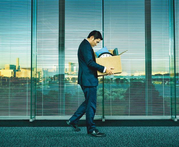疫情下不少公司都無奈裁員,當中以「三高」,即年資高、人工高、職位高的打工仔最高危。如果能審時度勢,適時自我反思,即使不幸被裁,亦不至於陷進手足無措的潦倒局面。(YinYang@iStockphoto)