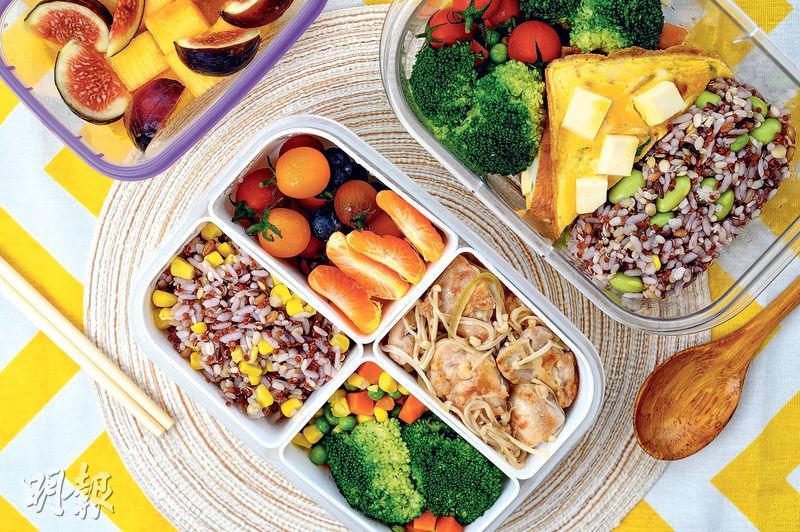 注意比例——自製飯盒時,應留意蔬果、全穀食物和蛋白質的比例。盲目戒食澱粉質,未必有助減肥,不如參考營養師介紹的香煎豆腐蛋及蒜香雞扒食譜。(賴俊傑攝)