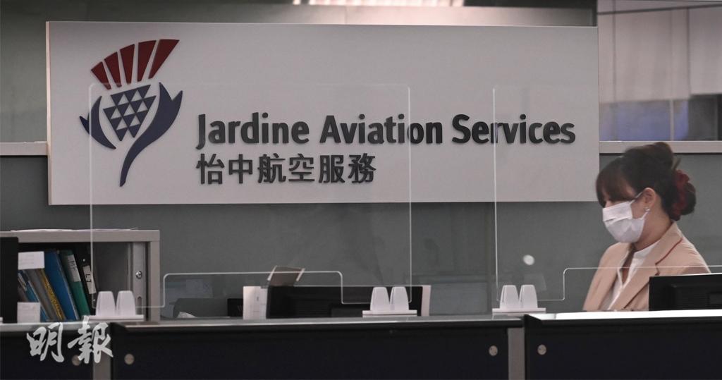 怡中航空今早(3日)向員工發公告稱裁員340人,而留任員工的無薪假期計劃延長至明年3月。(賴俊傑攝)