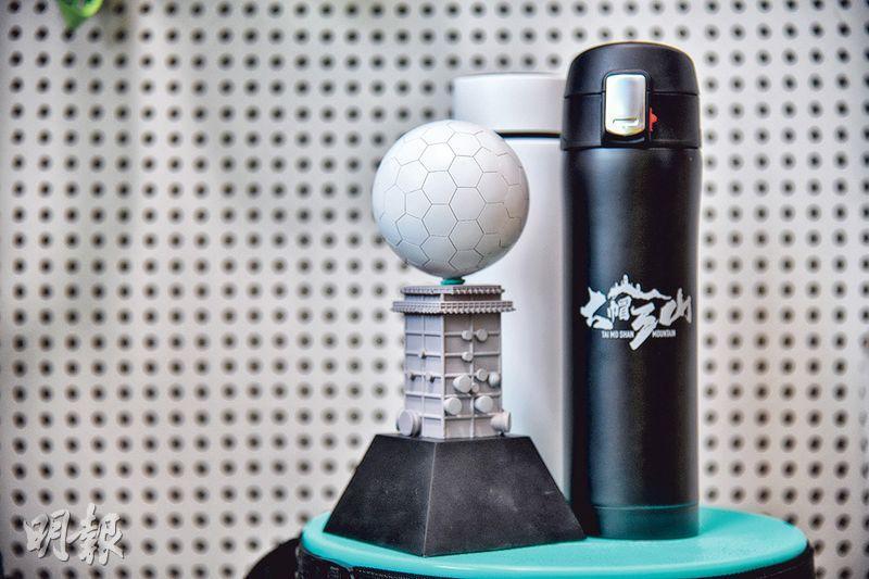 完賽禮品——大帽3吃的完賽禮品,包括特色獎座及保暖杯。Sam稱會為虛擬跑比賽花更多心思,挑選及設計選手包的用品、完賽獎牌及禮品。(黃志東攝)