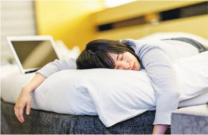 不想失眠,方法之一是保持睡房的環境安靜輕鬆,也要避免在睡床上工作、進食或看電視。(網上圖片)