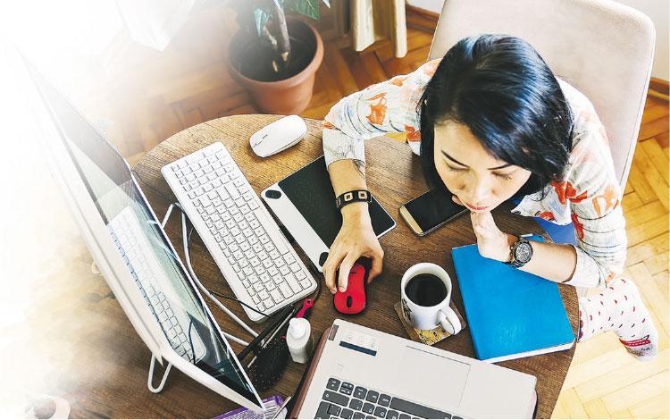 注意坐姿——疫情一波接一波,大家又開始在家工作,注意不要寒背打電腦,否則有可能造成肩袖肌群夾擊綜合症。(設計圖片,Malik Evren@iStockphoto)