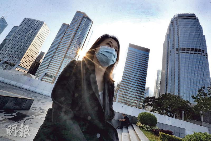 Kathy為了一家移民英國,願意放棄香港的穩定工作,放下身段,打算抵達英國後由零開始,從事過去沒做過的美甲工作。(李紹昌攝)