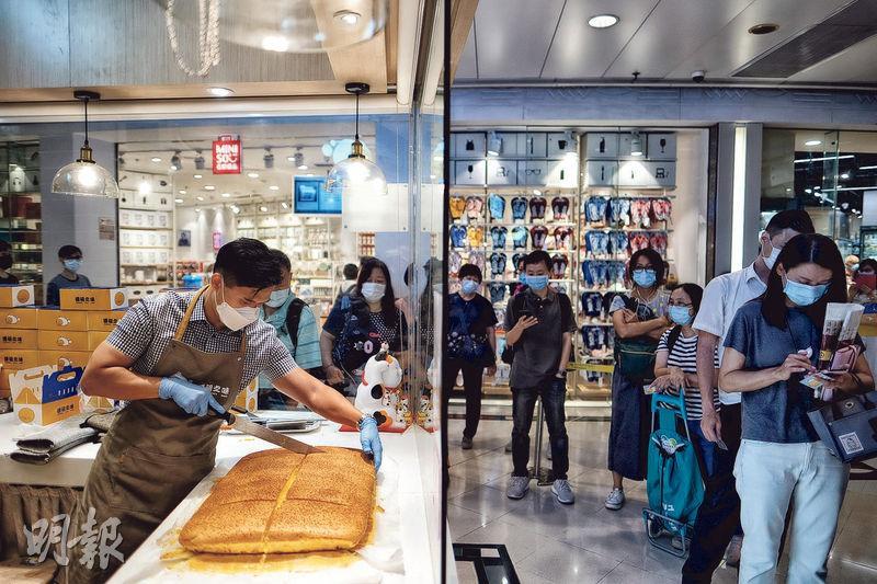劉明輝表示,新冠疫情下,市民都非常注重衛生,因此他在商舖設計上特意選擇商場內的「轉角位」,配合大玻璃窗,讓客人可看到店內環境。(馮凱鍵攝)