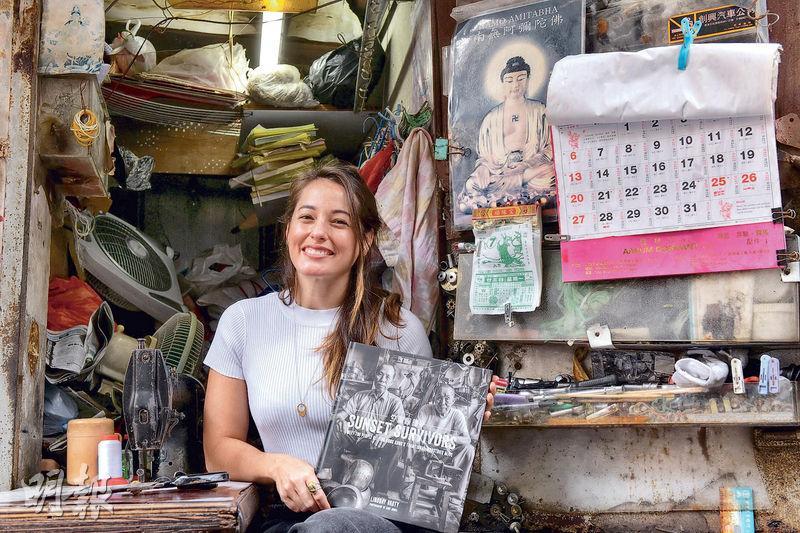 洋臉孔出現在充滿歷史感的港式小店,港欖女將華蓮絲(圖)笑得自在,皆因她自小已熱愛本土文化。(朱安妮攝)