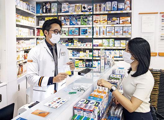 有連鎖藥房推出免診取藥服務,客人取藥時亦會有藥劑師講解用藥注意事項。(受訪者提供)
