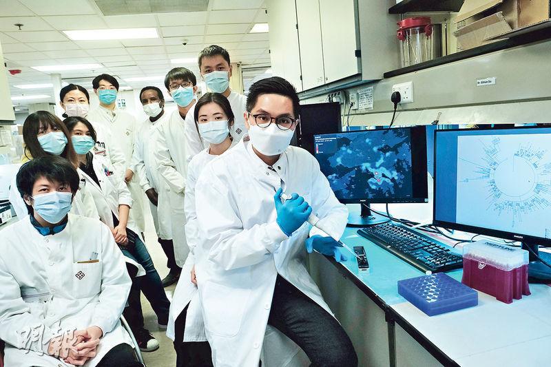 香港理工大學醫療科技及資訊學系副教授蕭傑恒(右一)與團隊自2月起,分析本港新冠病毒的基因排序,追蹤病毒突變和傳播鏈,至今分析了超過800個樣本。(馮凱鍵攝)