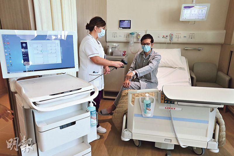 中大醫院引入智能系統,以減少人手出錯的機率,例如護士掃描病人的手帶後,盛載着病人藥物的藥櫃會自動打開。(李紹昌攝)
