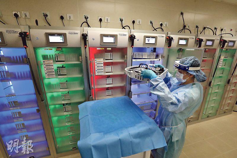 中大醫院設自動清洗內視鏡的設備,最多可同時清洗8支內視鏡。內視鏡的儲存櫃(圖)亮起藍燈,代表正在風乾儀器;綠燈表示完成風乾過程,可供使用;紅燈則是有關內視鏡已擺放超過72小時,需重新消毒。(李紹昌攝)