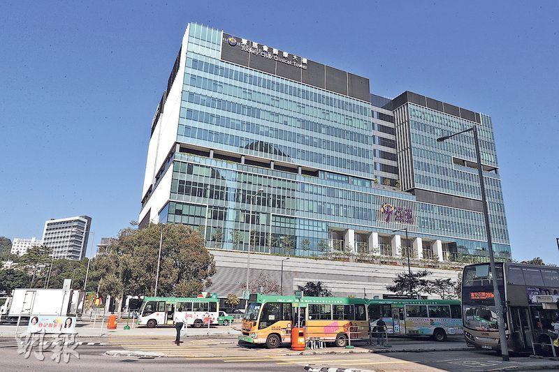 位於沙田的中大醫院下月6日(下周三)起分階段投入服務,首3個月會啟用20張病牀。醫院引入自動分藥、實時追蹤病人等技術,最快7月提供24小時急症門診。(李紹昌攝)