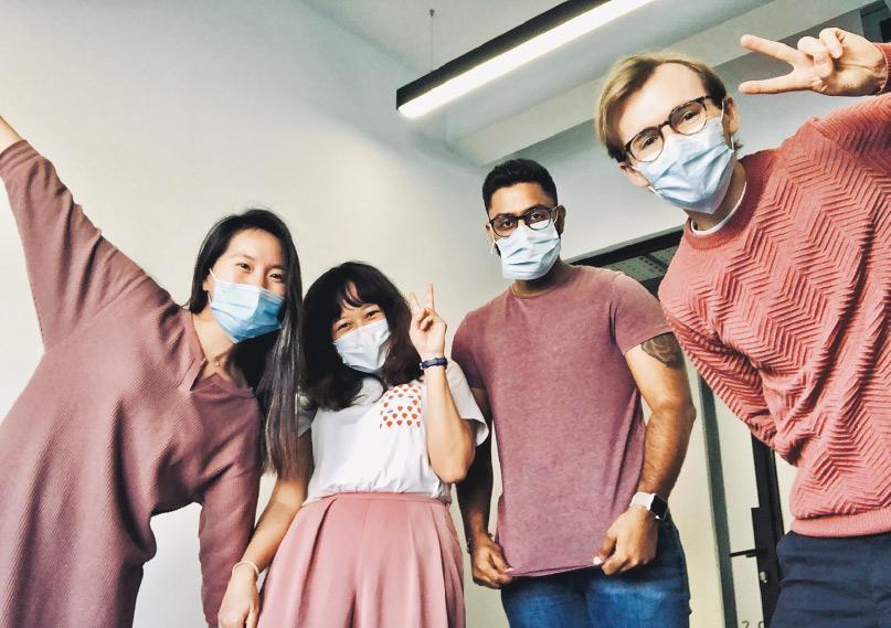 Sonia(左二)稱,兩名上司(右一及右二)在面試時看中她性格開朗,能夠帶動公司團隊氣氛,加上她懂得剪接及中文,因而聘請她為視像編輯。(受訪者提供)
