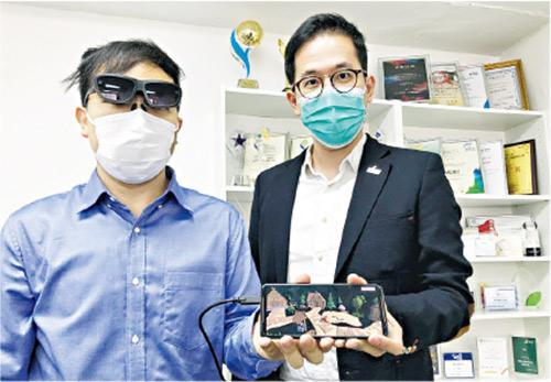 IVE黃克競院校工程系講師余紫達(右)以AR眼鏡協助教導工程維修,學生謝偉傑(左)為MAD Gaze開發者技術主管。
