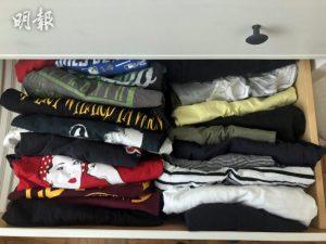 將上衣、褲子、裙子、襪子等摺成長方形,把衣物豎排放在抽屜,便可以把所有衣物一目了然。(法新社資料圖片)