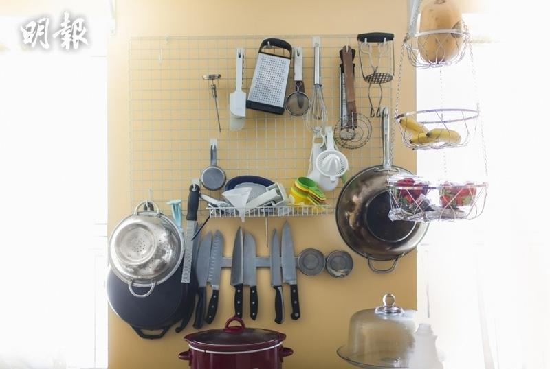 廚房通常放滿各式各樣的調味瓶及煮食用具,可使用層架擺放調味瓶及常用的物品。(法新社資料圖片)
