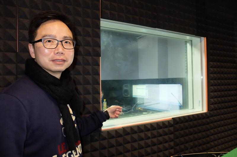 SG Production 課程導師及資深配音演員翟耀輝 (翟Sir)介紹專業錄音室的裝備,除錄音器材外,隔音棉、雙層玻璃等也不可少。