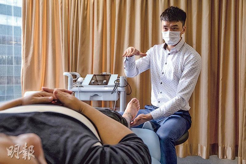 葉冠英(圖)6年前開始執業,去年自立門戶,於觀塘及旺角開設物理治療中心。(鄧宗弘攝)