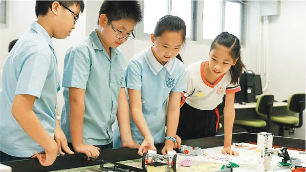 《財政預算案》撥款2億多元在小學推行「奇趣IT識多啲」計劃,加強學生對資訊科技興趣及認識。樂善堂梁銶琚學校(分校)校長劉鐵梅說擬以計劃提供的資助購買人工智能課程,並帶學生到外地參與IT比賽及交流活動。圖為該校學生參與STEM教育活動。(學校提供)