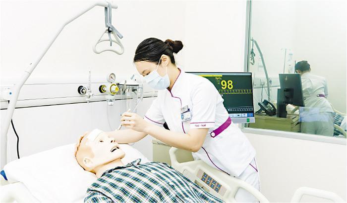東華學院學生事務處調查發現,逾九成2020年畢業生投身醫護界,職業治療學理學士、護理學健康科學學士等畢業生平均月入逾3萬元。圖為東華學院學生上課情况。(東華學院提供)