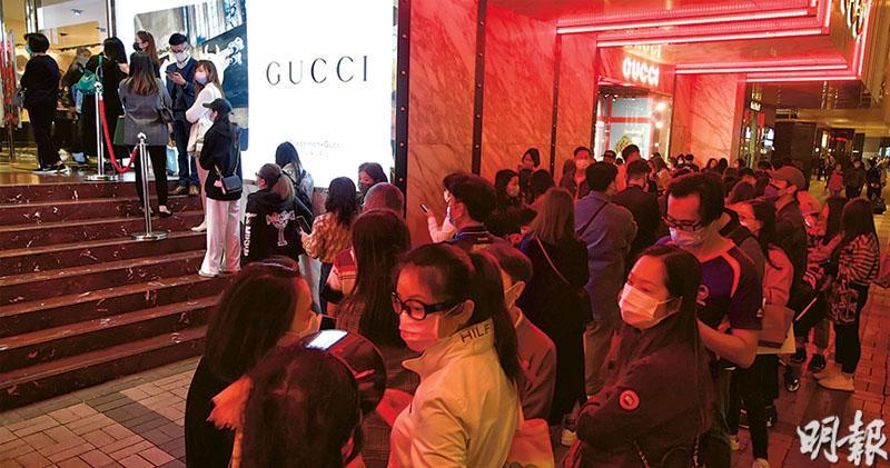 香港去年全年零售銷售大跌24.3%,創有紀錄以來最大跌幅。不過商戶繼續自救,海港城再推優惠券換領計劃,逢周二及日更可換取雙倍優惠券,昨Gucci門外重現久違的場面,大排長龍等候進入。(劉焌陶攝)