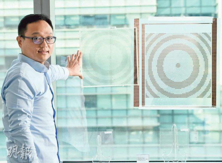 ANTwave行政總裁梁振佳稱,公司研發金屬製貼紙,可以像5G天線般,提高室內接收效果。圖為其中兩款貼紙。(劉焌陶攝)