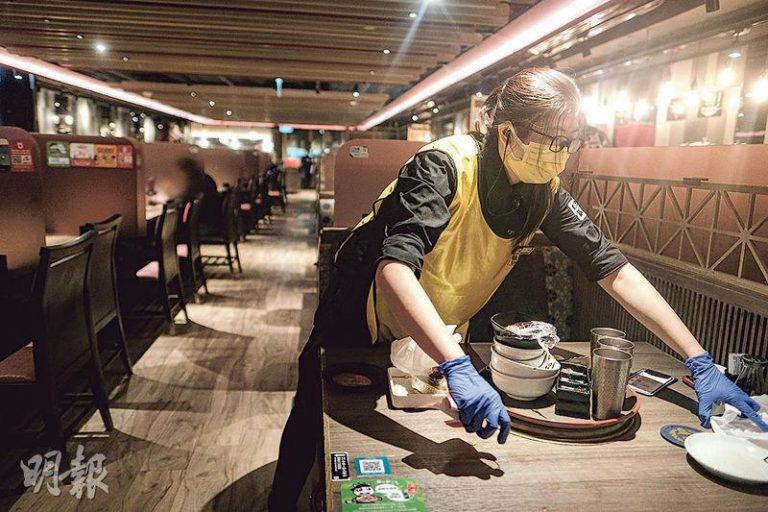 食環署將要求食肆設執枱專員,稻苗學會會長黃傑龍稱其食肆去年7月底已由專人執枱,成本沒因此上升,只要多花心機安排工作,但他留意到業界響應不多。(馮凱鍵攝)