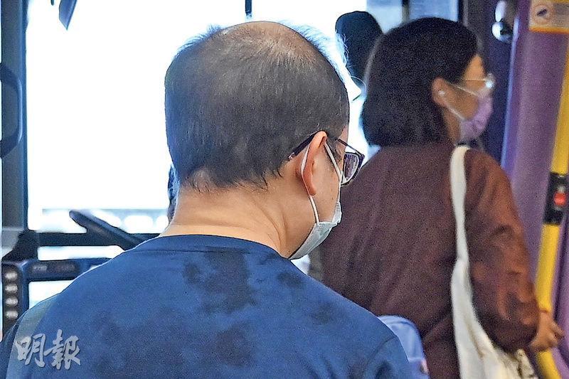 城巴969線乘客葉先生因疫情失業,已當「散工」多月,他說本港市道差,巴士車費加幅卻甚多,並不合理。(賴俊傑攝)