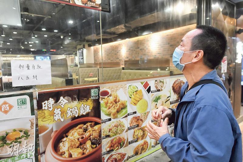 61歲的劉先生原在茶餐廳任職廚師,去年1月被解僱後難以找工作,其間有兩次機會幾乎獲聘,卻又因港府禁晚市堂食而告吹,如今積蓄耗盡,借貸都快要用光,最壞打算是申請綜援,但他渴望可繼續當廚師直至65歲退休。(鍾林枝攝)