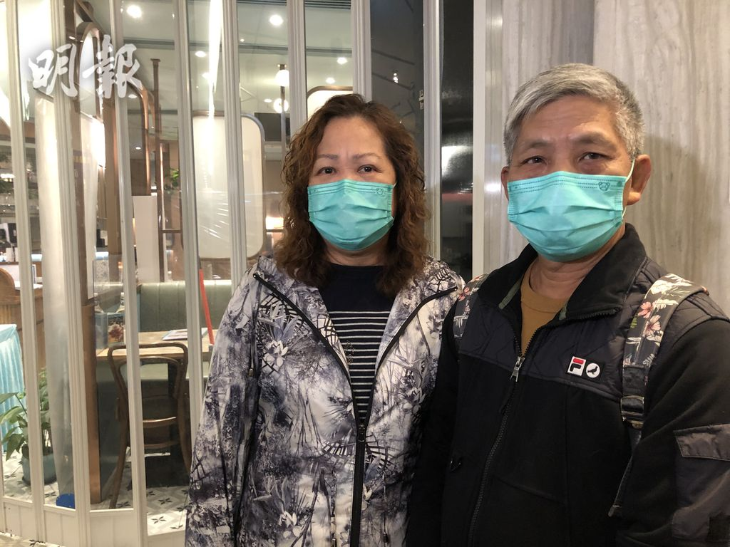 曾氏夫婦今早專程到UA Cine Times重看劉德華主演的《拆彈專家2》,惟抵埗後方發覺UA全線結業。(陳冬綾攝)