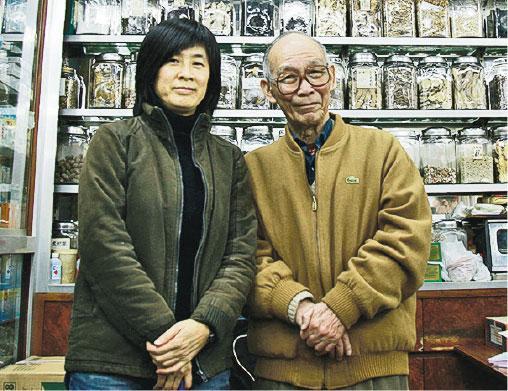 兩師徒——許冬華(左)師承中醫吳福鴻(右)。起初吳不建議她讀中醫,稱「醫好了病人,病人不會感謝你,醫不好病人卻會被罵」,但許冬華對中醫興趣濃厚,最終仍走上從醫之路。(受訪者提供)