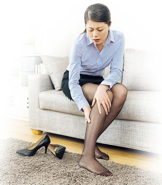 穿高踭鞋步行,長遠而言,或會增加腰部、盆骨及膝蓋壓力,容易引致腰痛或膝痛。(PRImageFactory@iStockphoto)