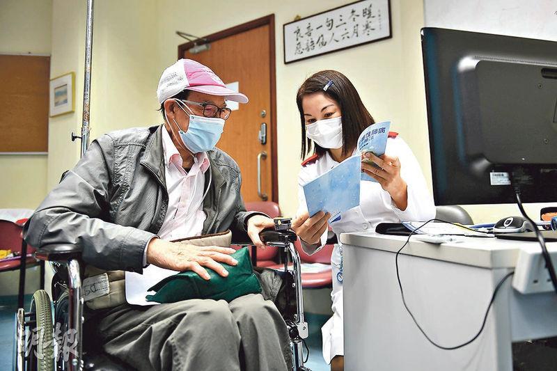 新界西醫院聯網內科及老人科顧問護師戴金瑩(右)發現,去年2至12月慢性阻塞性肺病人入院減少27%至48%,相信因病人常戴口罩。該診所病人雷先生(左)說,診所護士跟進用藥及用氧氣機情况,入院次數大減。(賴俊傑攝)